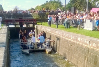 The band arrives in the Lock and rises to applause from the masses.
